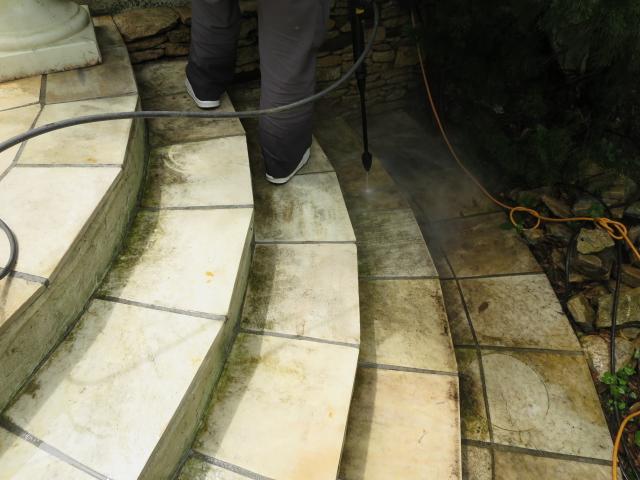 床に貼った石英岩がカビで黒ずんでのサムネイル