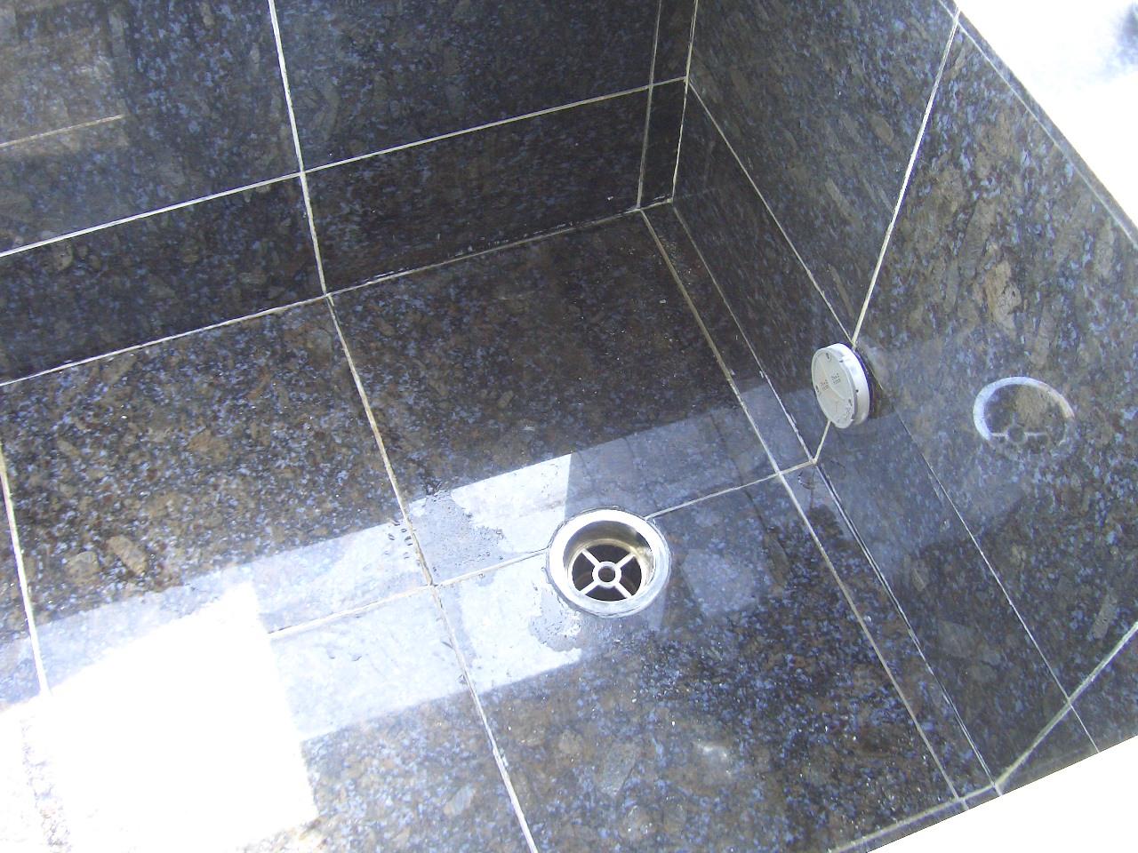 浴室の洗い場床に出たコンクリートのアク(白華)のサムネイル