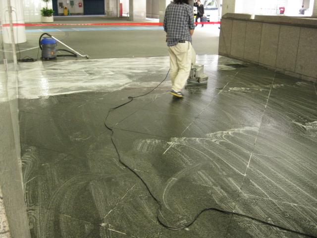 御影石床に付いたタイヤワックスシミ抜きのサムネイル
