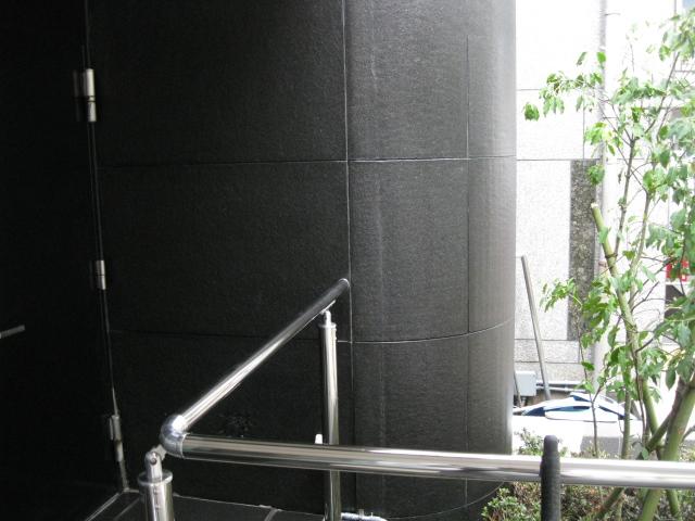 黒御影石壁部分のウェットコート仕上げのサムネイル
