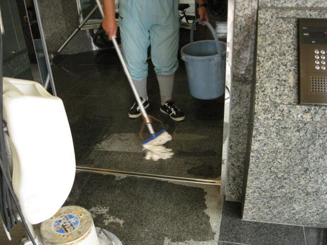 マンションエントランス ゴミ袋から出る油シミ処理とウェットコートのサムネイル