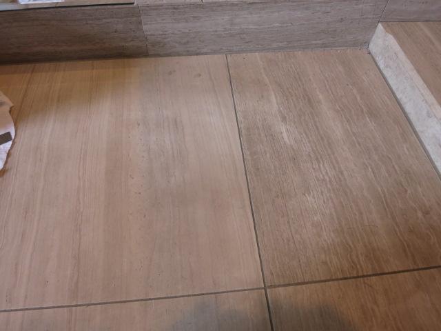 大理石の玄関土間に付いた靴によるシミのサムネイル