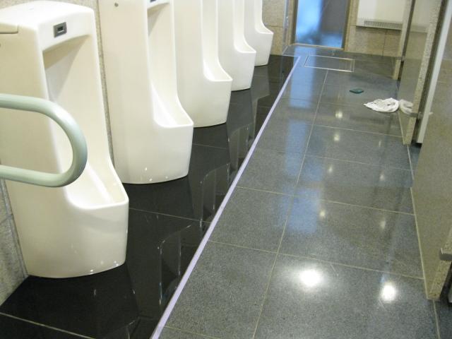 男子トイレ内、汚垂れ石のコート施工のサムネイル