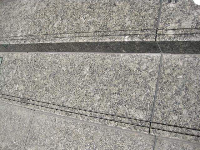御影石、階段滑り止め部分にウェットコート施工(ハートビル法)のサムネイル