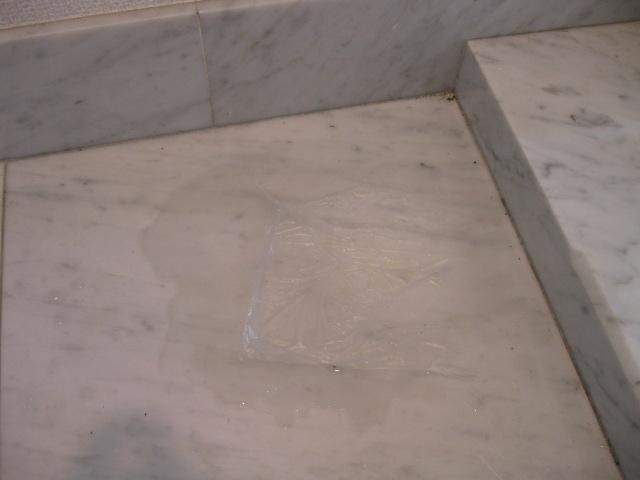 マンション玄関の大理石のシミ抜き施工のサムネイル