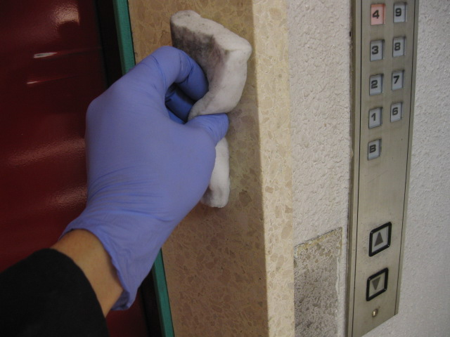 テラゾーのエレベーター枠の洗浄+コート施工のサムネイル