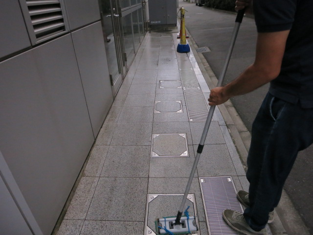 御影石バーナー仕上げの床にモップ清掃を続けると  のサムネイル