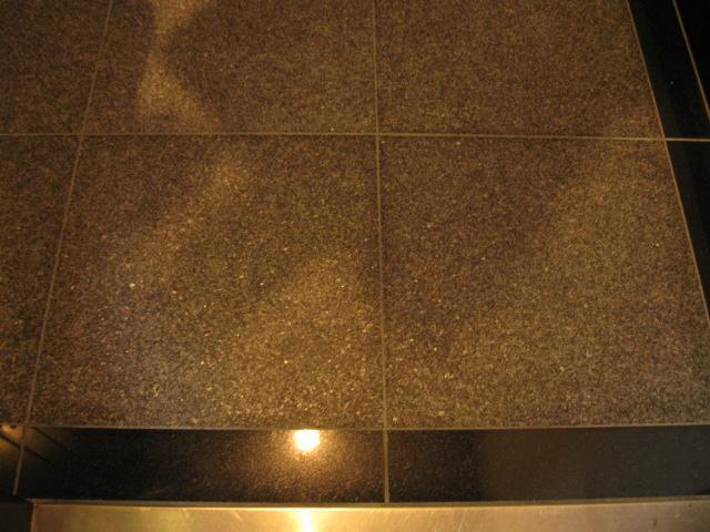 玄関の床石に染み込んだエアコン用のオイルシミ抜きのサムネイル